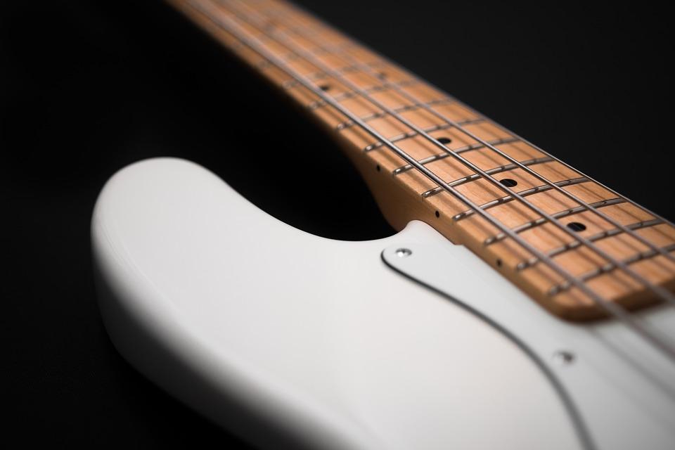 Pierwsza gitara elektryczna: Jaki zestaw kupić aby nie żałować?